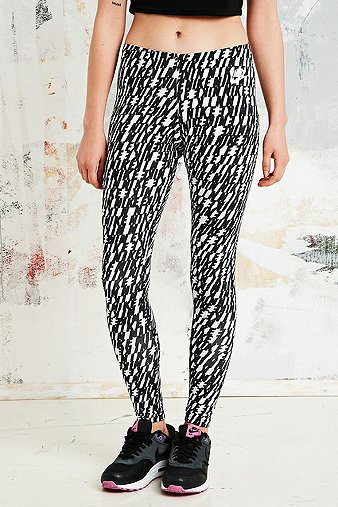 nike leg a see leggings in schwarz und wei urban outfitters. Black Bedroom Furniture Sets. Home Design Ideas