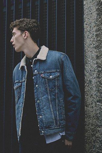 levis veste en jean type 3 johnny avec col en peau de mouton urban outfitters. Black Bedroom Furniture Sets. Home Design Ideas