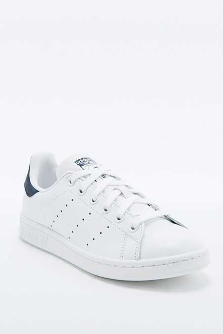 adidas Originals - Baskets Stan Smith blanches et bleu marine