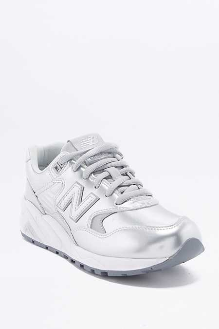 "New Balance – Metallic-Sneaker ""580"" in Silber"