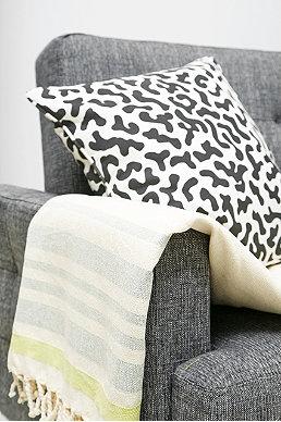 kissen tagesdecken und teppiche urban outfitters. Black Bedroom Furniture Sets. Home Design Ideas