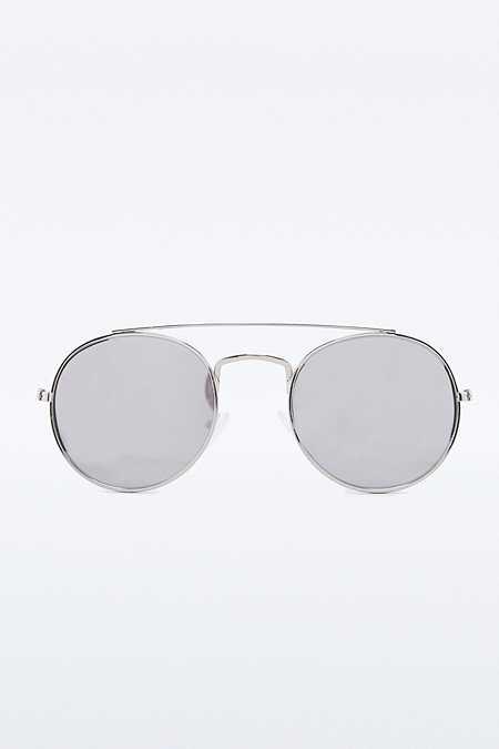 Abgerundete Pilotensonnenbrille mit flachen Gläsern und Augenbrauensteg