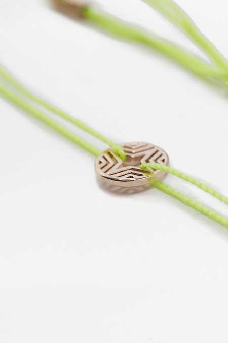 Armband mit geometrischem, filigranem Scheibenanhänger