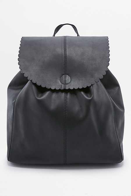 Rucksack in Schwarz mit gewellten Abschlüssen am Umschlag