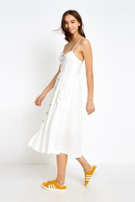 """Urban Outfitters – Geknöpftes Midikleid """"Emilia"""" In Weiß by Urban Outfitters Shoppen"""
