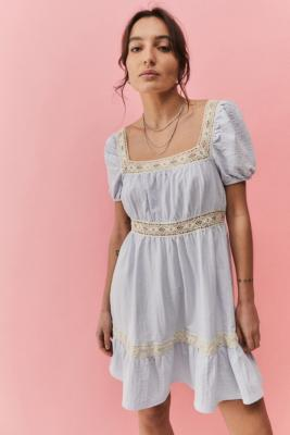 UO - Robe courte Prairie ornée de dentelle \u00a0 - Urban Outfitters - Modalova