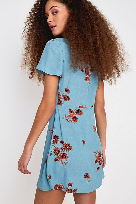 3fea22f1b8939 Bleu marine multicolore. photographie retouchée. UO - Mini robe Mallory  boutonnée à fleurs