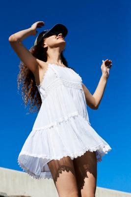 UO - Robe courte ample à dentelle, Lora - Urban Outfitters - Modalova
