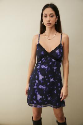 UO - Mini robe en maille et dentelle tie\u00a0and dye - Urban Outfitters - Modalova