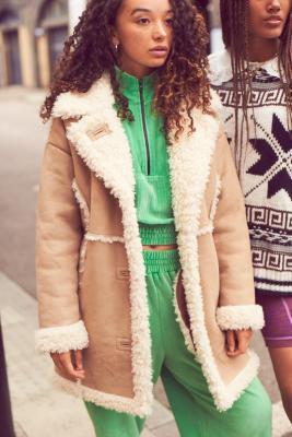 UO - Veste longue imitation peau de mouton - Urban Outfitters - Modalova