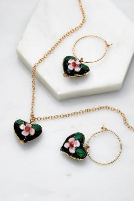Lot de boucles d'oreilles et collier avec caur en émail - Urban Outfitters - Modalova