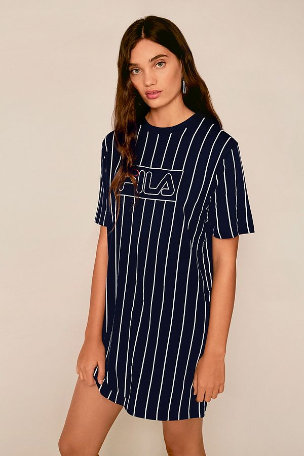 fila vertikal gestreiftes t shirt kleid in marineblau urban outfitters. Black Bedroom Furniture Sets. Home Design Ideas