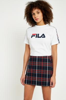 fila t shirt zoey logo avec bandes sur les manches urban outfitters. Black Bedroom Furniture Sets. Home Design Ideas