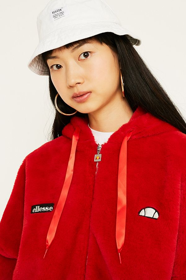 2b532bf228eb3 Your Urban Outfitters Gallery. Ellesse - Manteau Giovanna en fausse fourrure  rouge