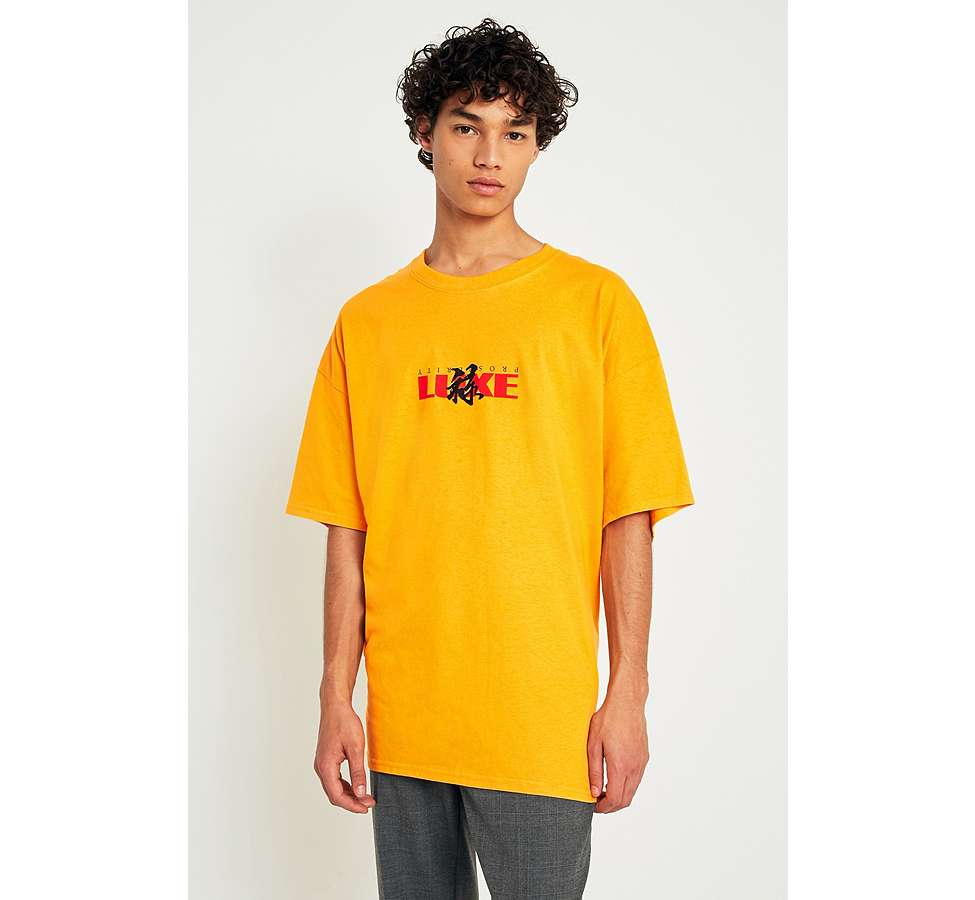 "Slide View: 1: Urban Outfitters – T-Shirt ""Luxe"" in Gold"