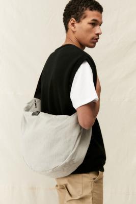 UO - Sac bandoulière en velours côtelé grège - Urban Outfitters - Modalova