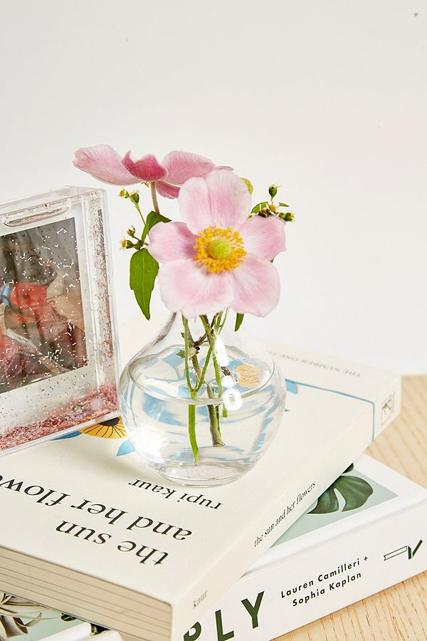 petit vase large pied en verre urban outfitters fr. Black Bedroom Furniture Sets. Home Design Ideas