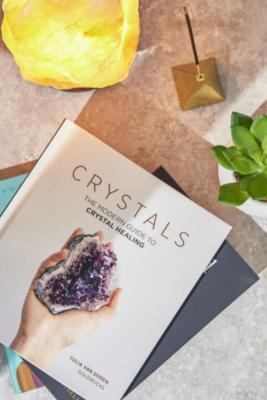 """Buch """"Crystals: The Modern Guide To Crystal Healing"""" by Urban Outfitters"""