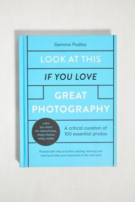 Look At This If You Love Great Photography: A Critical Curation Of 100 Essential Photos par Gemma Padley - Urban Outfitters - Modalova