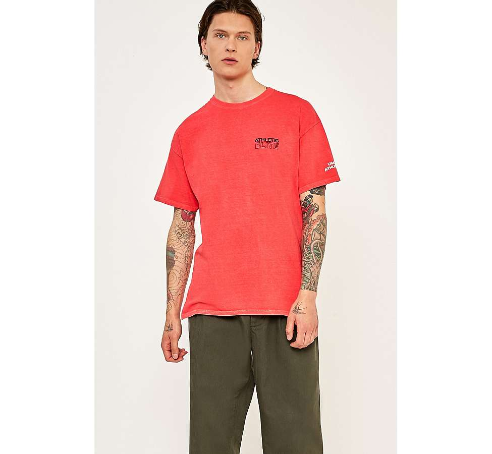 "Slide View: 2: Urban Outfitters – T-Shirt ""Athletic"" in Rot"