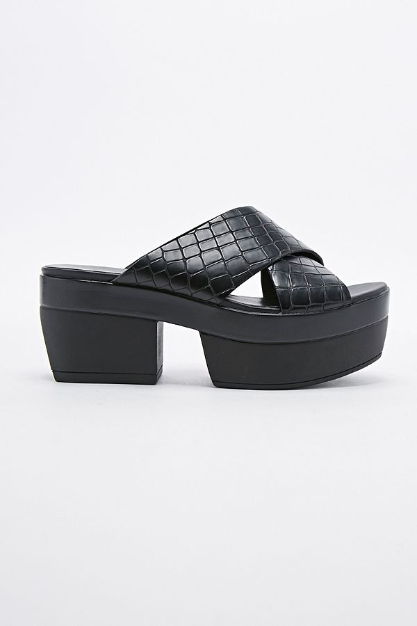 e5bde848af99 Slide View  2  Vagabond Lindi Croc Cross-Over Sandals in Black