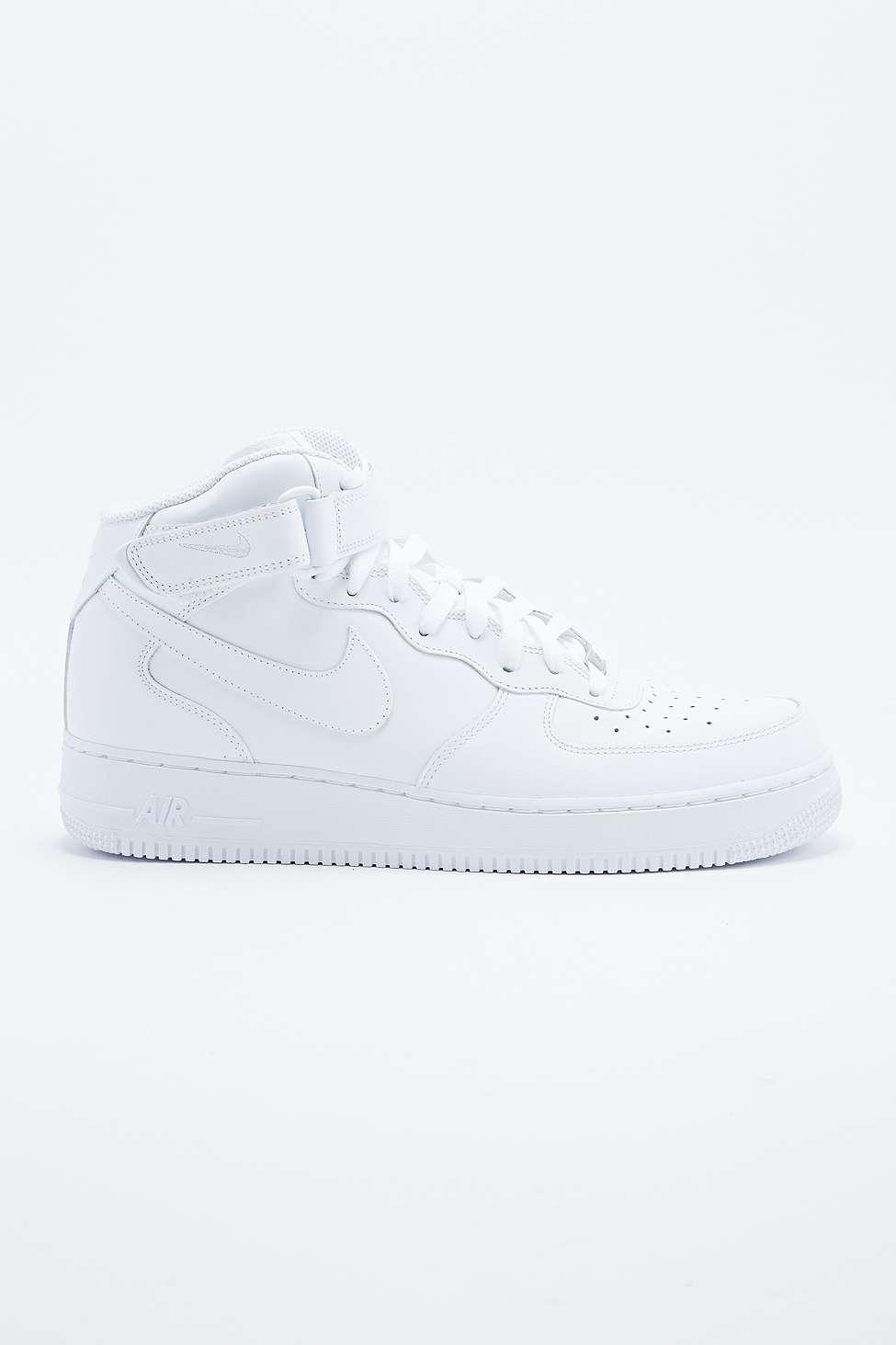 nike air force 1 2007 metà superiore formatori in bianco urban outfitters
