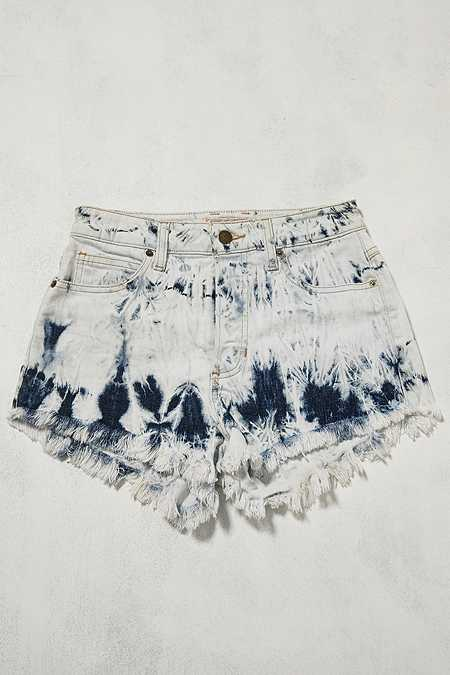 Urban Renewal Vintage One-Of-A-Kind – Guess-Jeansshorts in Batikoptik