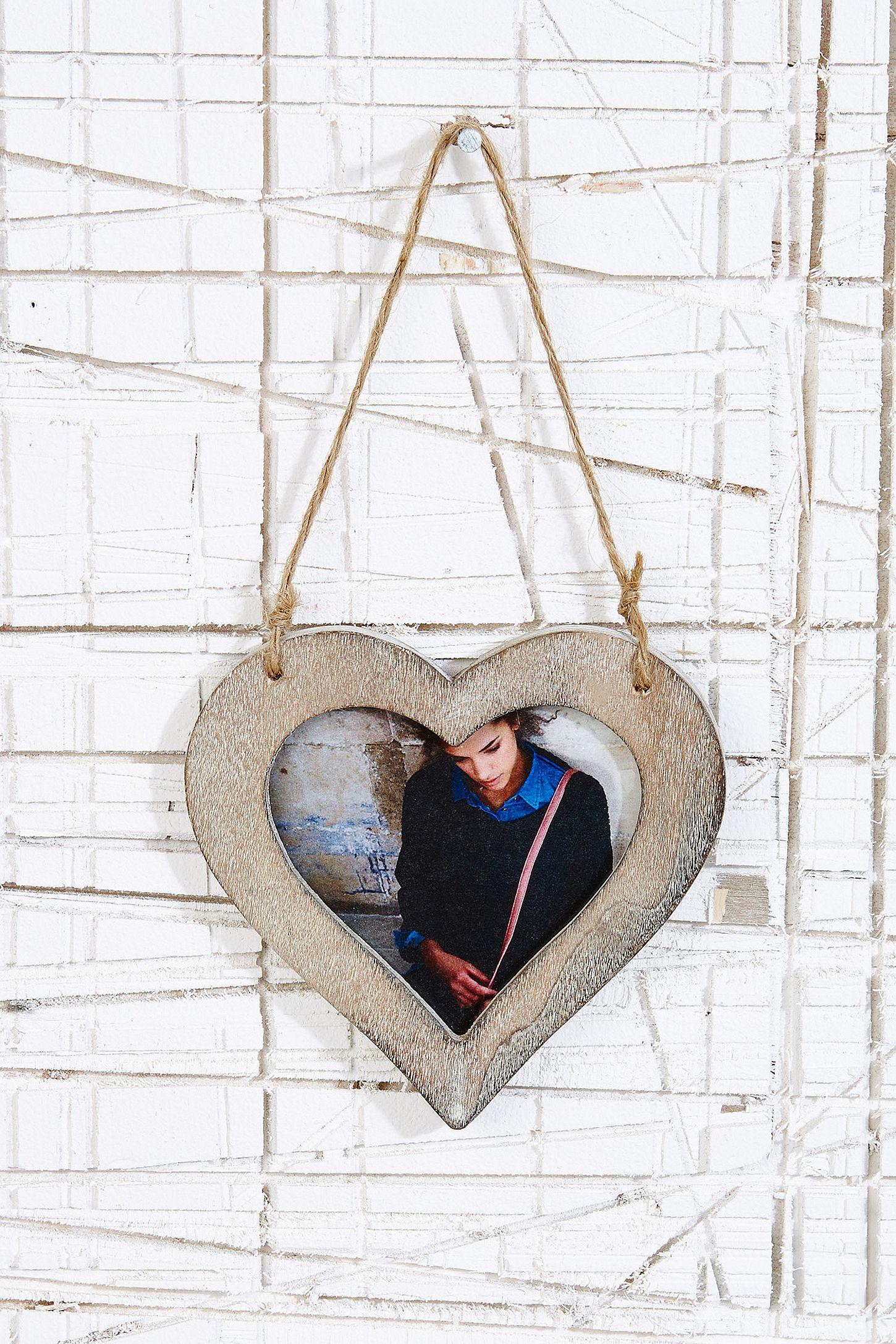 Herzförmiger Bilderrahmen aus Holz | Urban Outfitters