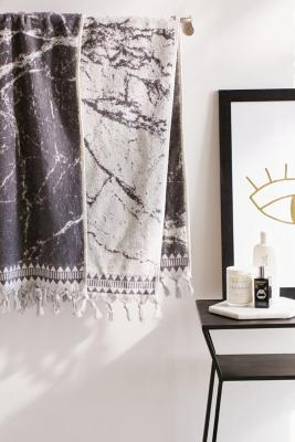 wendbares-badetuch-mit-marmoriertem-design