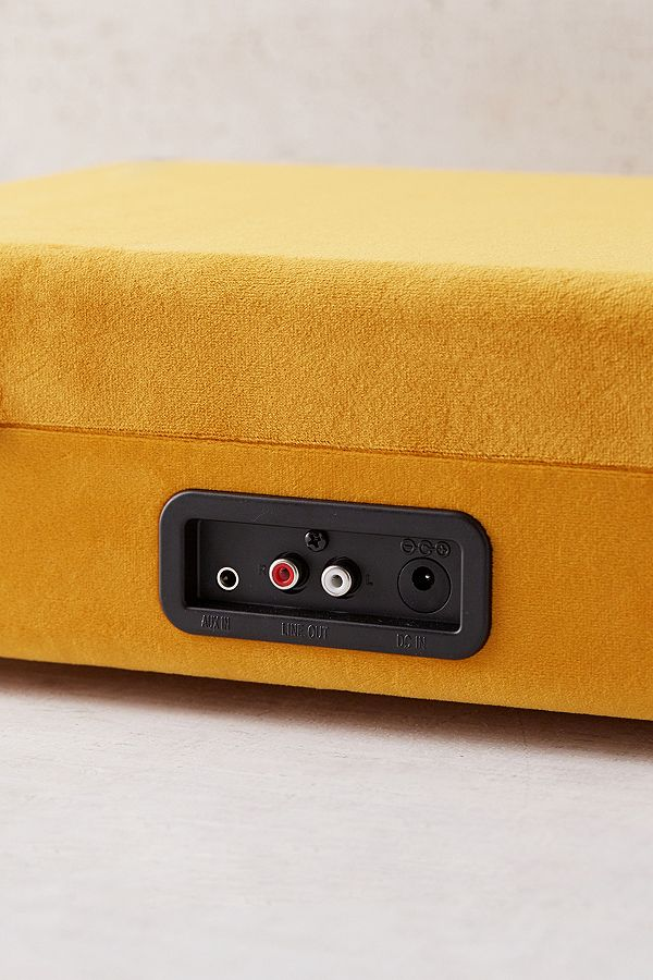 crosley x uo tourne disque bluetooth cruiser en velours moutarde urban outfitters. Black Bedroom Furniture Sets. Home Design Ideas